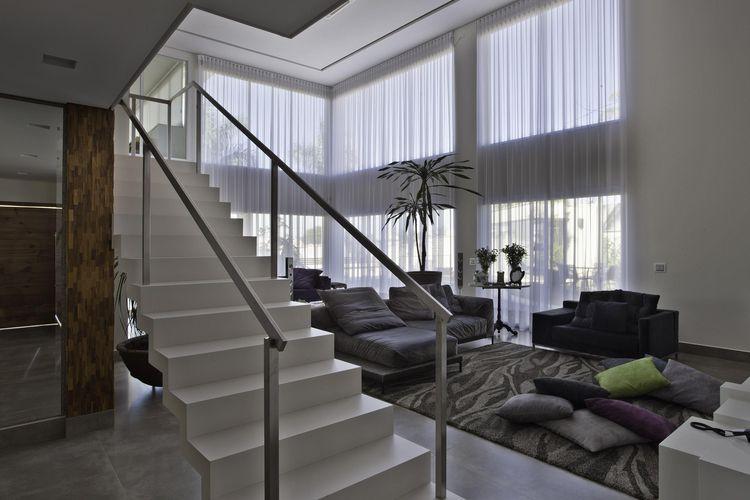 Sala De Estar Com Escada ~ Sala de estar com escada branca de Guardini Stancati Arquitetura