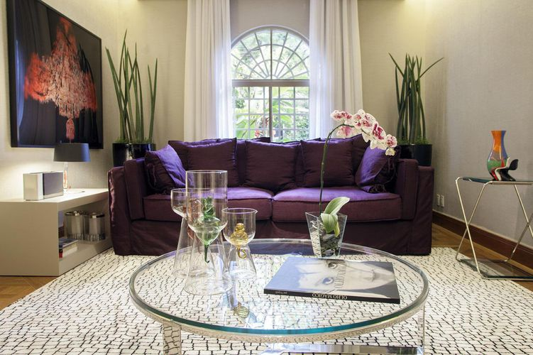 Sala De Estar Sofa Roxo ~ Sala de estar com sofá Roxo e mesa de centro de Vi de Deborah Basso
