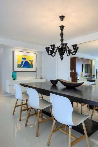 Sala de jantar com lustre Preto de Rodrigo Maia  62210 no Viva Decora