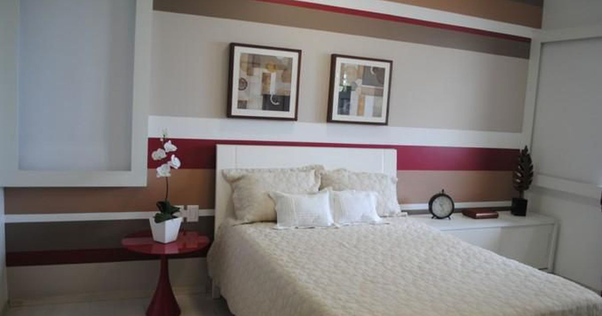 Quarto com papel de parede listrado e quadros deco de for Deco quarto