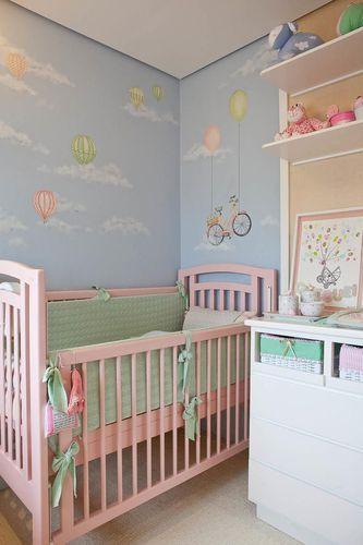Berço rosa no quarto do bebê de Lucia Tacla 75260 no