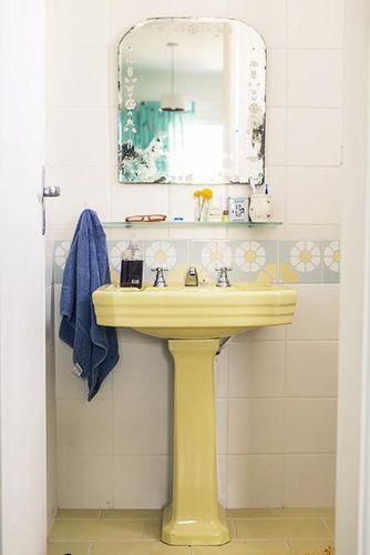 Banheiro com pia baixa amarela de Casa Aberta  19609 no Viva Decora -> Pia Banheiro Amarela