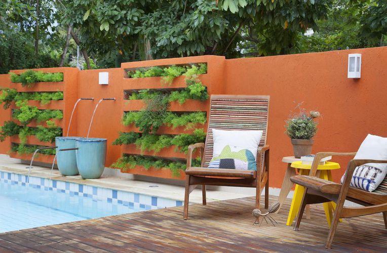 jardim vertical muro:Muro laranja com jardim vertical de RBP Arquitetura e Interiores