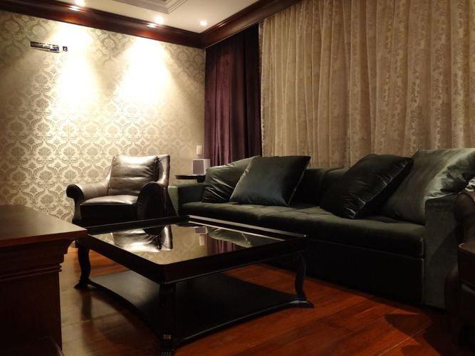 Sala de TV com sofá e Poltrona de Juliana Lahoz  79247 no Viva