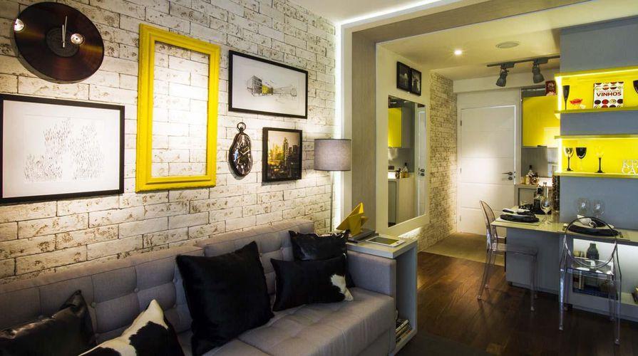 Sala de estar com quadro de madeira amarelo de cilene for Sala de estar quadro