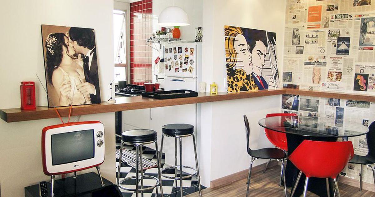 Sala de jantar com bancada para cozinha e parede decorada for Sala de estar casa