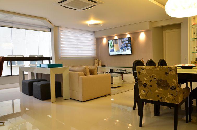 Sala de estar com piso de Porcelanato de Roma Arquitetura - 42331 no