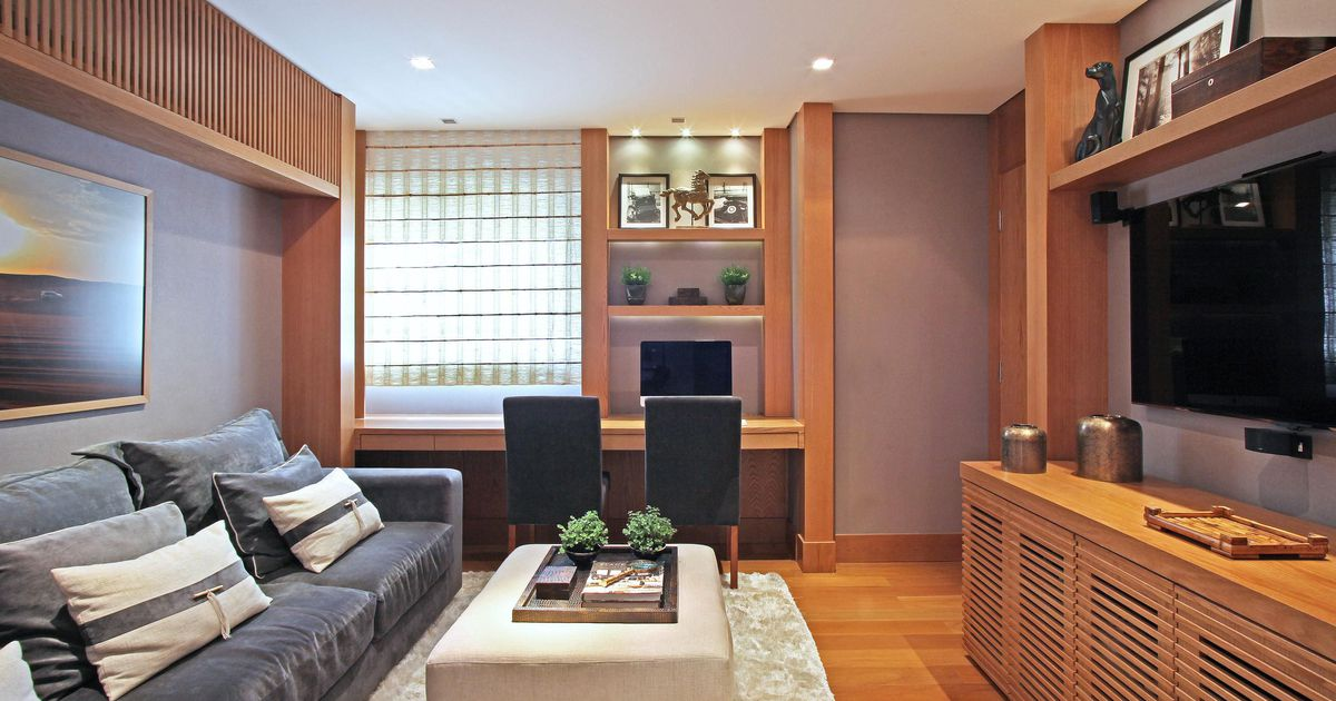 Sala com puff branco e tapete felpudo de andrea teixeira for Salas de television modernas