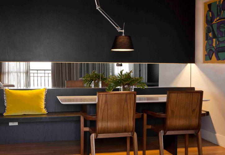 Sala de Jantar com Banco e Parede Preta de Roberto Robl  27241 no