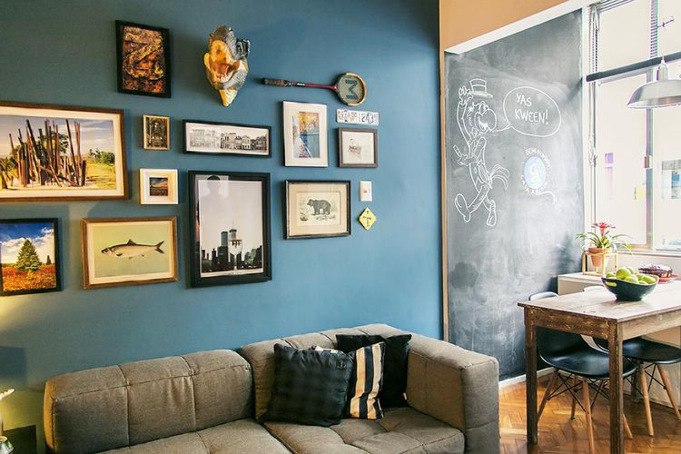 Sala de estar com parede azul e quadros de casa aberta for Decoracao sala de estar quadros