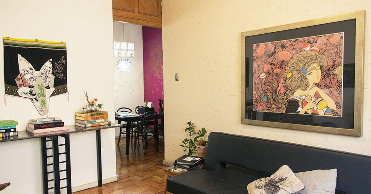 Sala de estar com quadro colorido e sof preto de casa for Sala de estar quadro