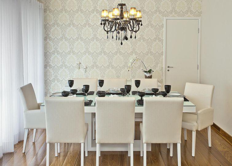 Sala de Jantar Decorada com Papel de Parede Clássico