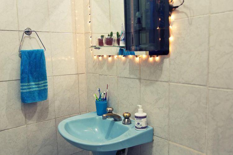 Banheiro com espelho decorado com leds e pia azul de Casa Aberta  21085 no V -> Pia Banheiro Azul