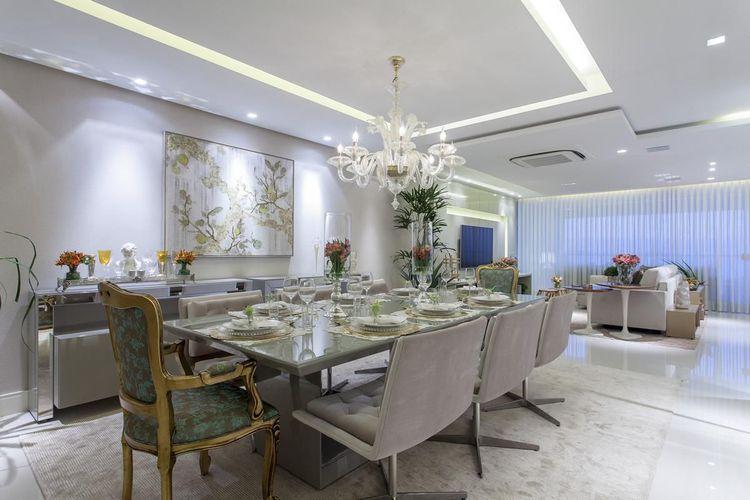 Sala de jantar com mesa de vidro e cadeira Luis XV de Vanja Maia ...