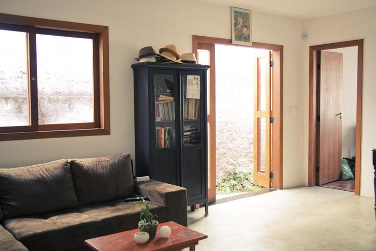 Aparador Em Mdf Branco ~ Sala de estar com armário de livros e mesinha de centro de madeira de Casa Aberta 21501 no