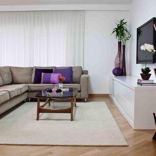 Sala de estar tapete bege piso de madeira de karen for Sala de estar segundo piso